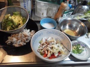 写真は、鶏皮の素揚げポン酢味と鶏むね肉の野菜あんかけの材料をカット